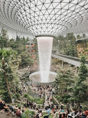 """Thác nước khổng lồ chiếm trọn """"spotlight"""" sân bay Changi - Singapore: Cứ 10 người đến đây thì hết 9 người đăng ảnh check-in với background này"""