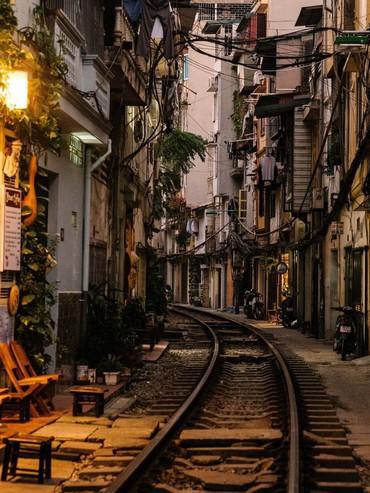 """Được Natgeo Travel dành """"lời khen có cánh"""", xóm đường tàu độc nhất vô nhị ở Hà Nội đã hot nay còn hot hơn"""