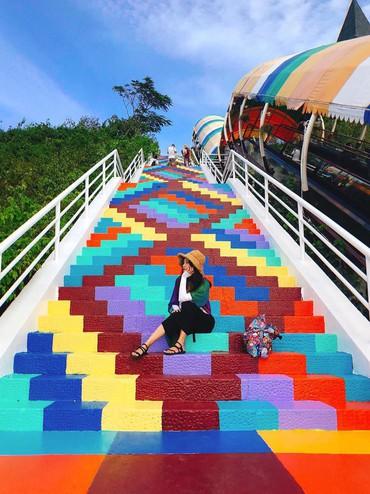 """Phát hiện """"Nấc thang cầu vồng"""" chụp ảnh siêu ảo diệu ở Nha Trang"""